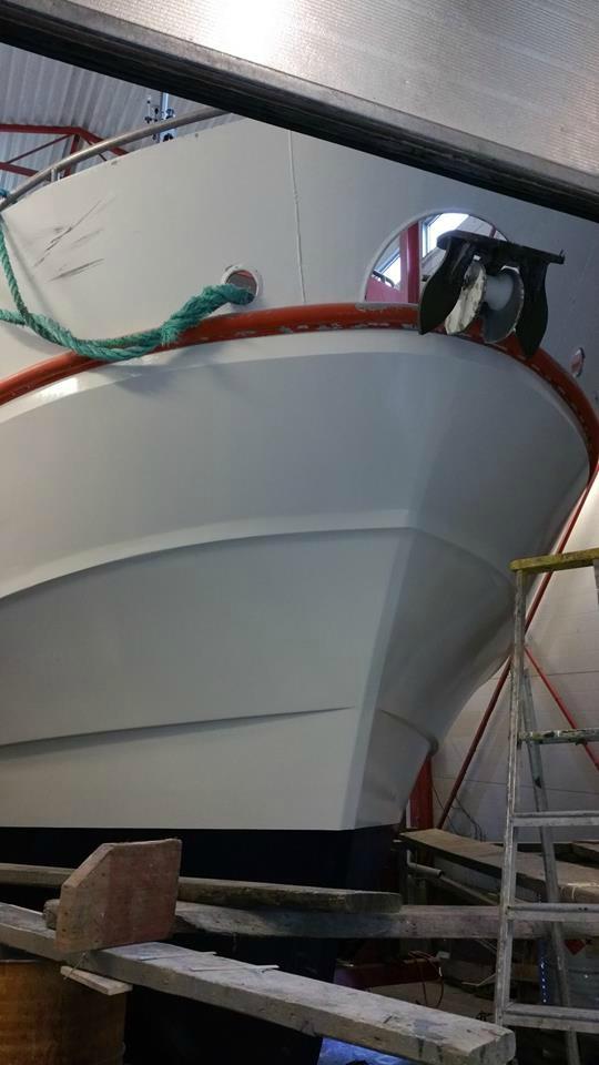 Seljestokken båtverksted lakkerer skrog på sjark